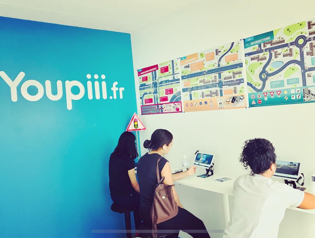 Photo 3 personnes dans une salle de cours youpiii auto école
